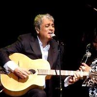 Enrico Macias se produit à Tel Aviv en 2011. (Crédit : capture d'écran YouTube)
