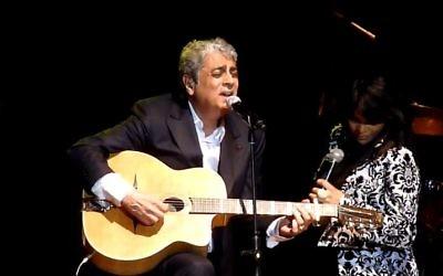 Enrico Macias se produisant à Tel Aviv en 2011 (Crédit : capture d'écran YouTube)