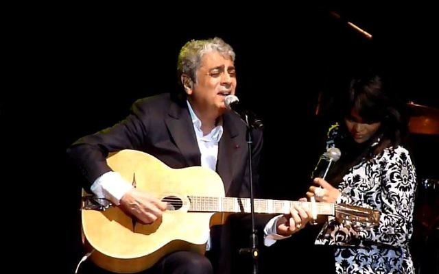Enrico Macias se produit à Tel Aviv en 2011 (Crédit : capture d'écran YouTube)