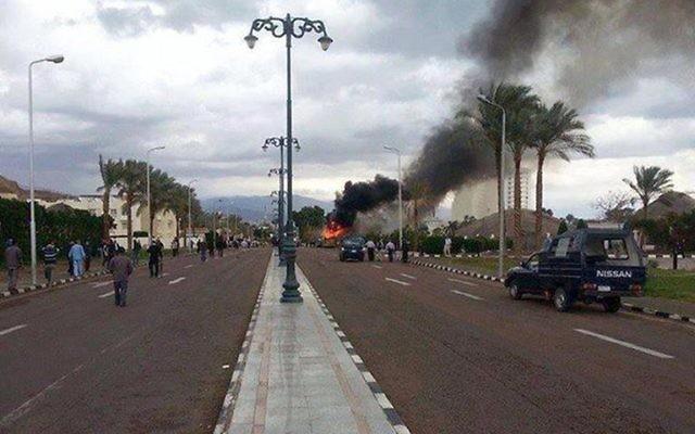 Explosion d'une bombe dans un autobus transportant des touristes sud-coréens près de la station balnéaire de Taba, dans le Sinaï égyptien, le 16 février 2014  (Crédit : AFP)