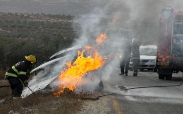 Illustration d'une explosion de voiture à la suite d'un lancer de cocktail Molotov à l'extérieur de Tekoa en novembre 2013. Une mère et son enfant ont été blessés lors de l'attaque (Crédit :  Gershon Elinson/ Flash 90)