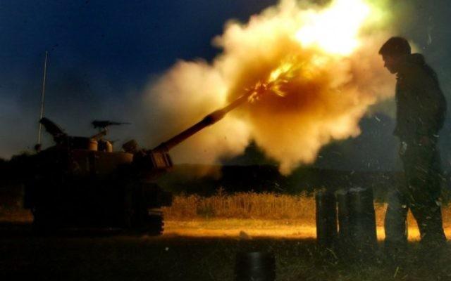 Des tanks israéliens attaquent des cibles du Hezbollah à la frontière israélo-libanaise, le 18 juillet 2006 (Crédit : Olivier Fitoussi /Flash90)