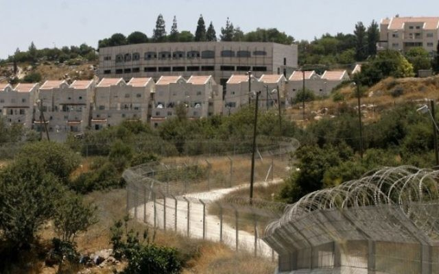 Vue de l'implantation de Kiryat Arba, dans le sud de la Cisjordanie, près de Hébron (Crédit : Michal Fattal/Flash90)