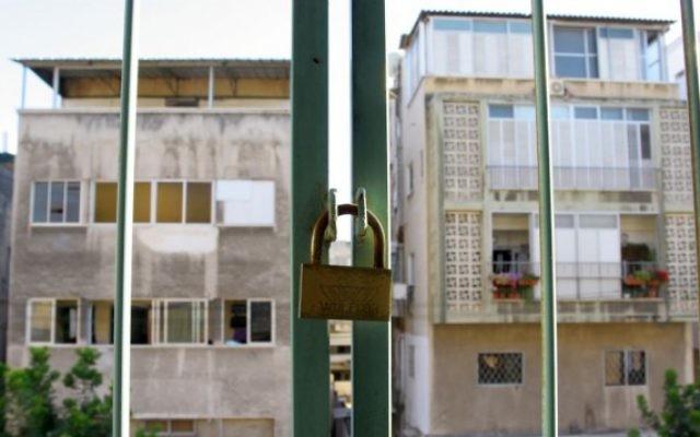 La vue d'un appartement deux pièces, au sud de Tel Aviv, juillet 2008 (Crédit : Chen Leopold/Flash 90)