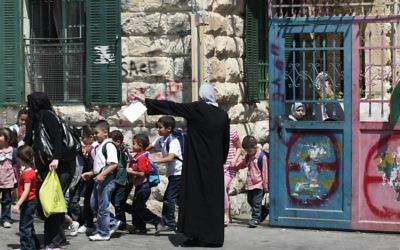 Des élèves arabes israéliens quittent leur école à Jérusalem Est (Crédit : Kobi Gideon/Flash90/File)