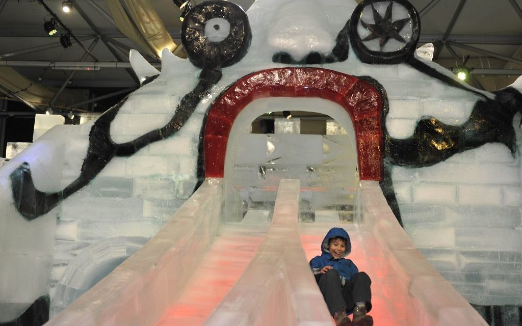 Une réplique du monstre-toboggan au festival annuel de glace (Crédit : Flash90)