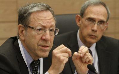 Irwin Cotler assistant à une commission de la Knesset en mars 2013 (Crédit : Miriam Alster/Flash90)