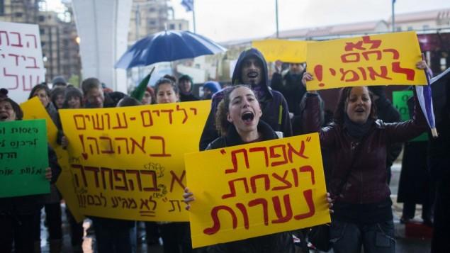Des activistes féministes manifestent contre l'attribution d'un prix au groupe Efrat, janvier 2012 (Crédit : Yonatan Sindel/Flash90)