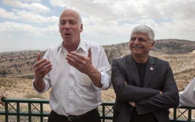 Le maire de Maale Adumim Benny Kasriel le ministre du Logement et de la construction Uri Ariel lors d'une ceremonie dans la zone E1 en Cisjordanie entre Jérusalem et l'implantation de Maale Adumim. le 16 avril 2013. (Crédit : FLASH90)