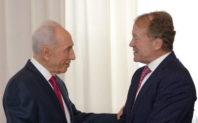 John Chambers, le directeur de Cisco Systems Inc., rencontre le président Shimon Peres (G) avant l'ouverture de la conférence présidentielle israélienne à Jérusalem, 18 juin 2013. (Crédit : Mark Neyman/GPO/Flash90)