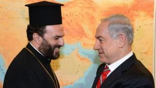 Le Premier ministre Benjamin Netanyahu rencontre le Père Gabriel Nadaf dans son bureau à Jérusalem, le 5 août 2013 (Crédit : Moshe Milner/Flash90/GPO)