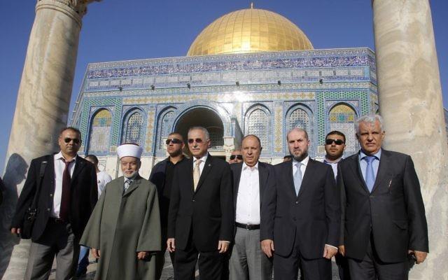 Le secrétaire général de l'organisation de coopération islamique, Ekmeleddin Ihsanoglu (au centre) visite le dôme du Rocher et la mosquée Al-Aqsa, accompagné par le ministre des Affaires religieuses de l'Autorité palestinienne, Mahmoud Habash, le 27 août 2013. (Crédit : Sliman Khader/Flash90)