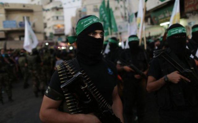 Des hommes armés palestiniens masqués (Crédit : Wissam Nassar/Flash90)