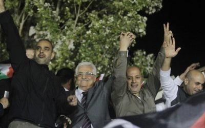 Le président de l'Autorité palestinienne Mahmoud Abbas aux côtés de prisonniers relâchés accueille les foules à Ramallah en octobre 2013 (Crédit : Issam Rimawi/Flash90)