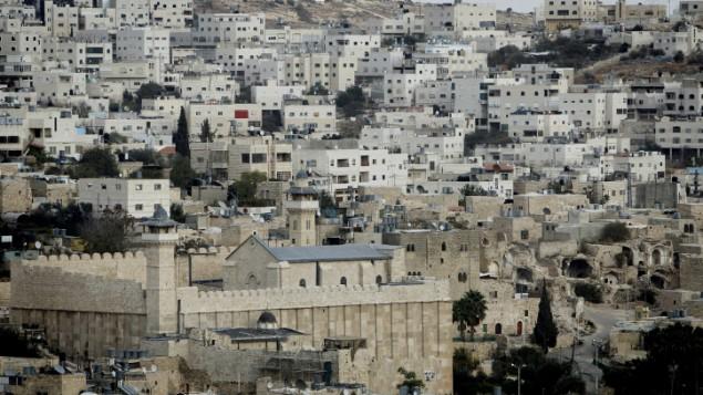 Une vue sur la tombe des Patriarches dans la ville divisée de Hebron en Cisjordanie (Crédit : Miriam Alster/FLASH90)