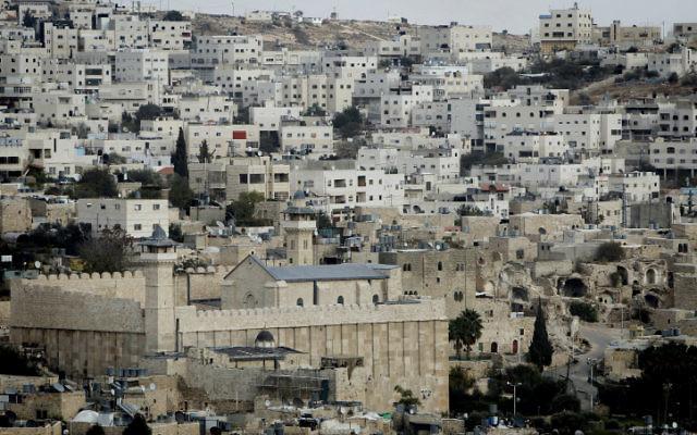 Le Tombeau des Patriarches, à Hébron, en Cisjordanie. (Crédit : Miriam Alster/Flash90)