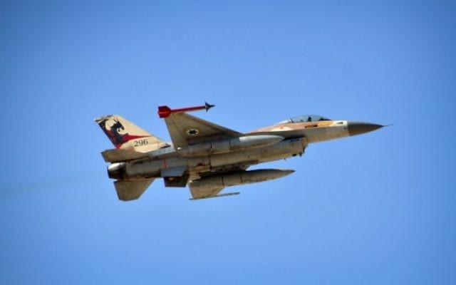 """Un avion F-16 appartenant à l'escadron """"Dragon rouge"""" de l'Armée de l'air, jouant le rôle de l'ennemi lors d'un l'exercice militaire (Crédit : porte parole de Tsahal / Flash90)"""