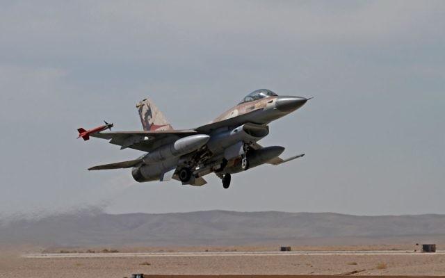 Un jet F-16 des forces aériennes israéliennes (Crédit : Ofer Zidon/Flash90)