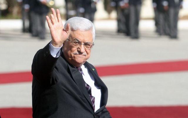 Le président de l'Autorité palestinienne Mahmoud Abbas lors de la cérémonie pour accueillir le Premier ministre canadien, Stephen Harper à Ramallah en Cisjordanie, le 20 janvier 2014. (Crédit : Issam Rimawi/Flash90)