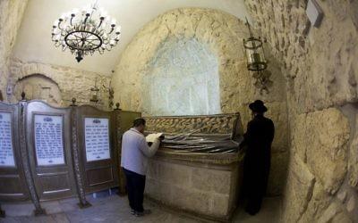 Des juifs prient sur la tombe du roi David près de la porte de Sion de la vieille ville, janvier 2014. (Crédit : Yonatan Sindel/Flash90)
