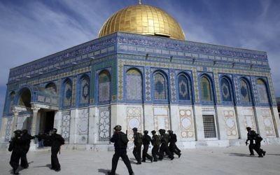 La police israélienne déployée au Dôme du Rocher lors des émeutes qui ont suivi le débat à la Knesset sur la souveraineté israélienne sur le mont du Temple (Crédit : Sliman Khader/Flash90)