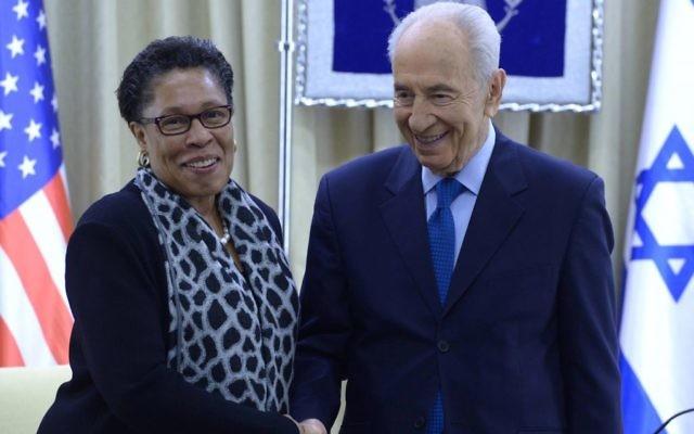 Le président israélien Shimon Peres et la représentante américaine Marcia Fudge, présidente du Caucus noir du Congrès américain, à la résidence du président à Jérusalem. 18 février 2014 (Crédit : Mark Neyman/GPO/Flash90)