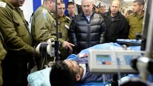 Le Premier ministre israélien Benjamin Netanyahu visite un hôpital de campagne de Ramat ha Golan (Nord d'Israël) géré par l'armée israélienne afin de soigner les victimes syriennes de la guerre civile qui frappe leur pays.  18 février 2014. (Crédit : Kobi Gideon /GPO/FLASH90)