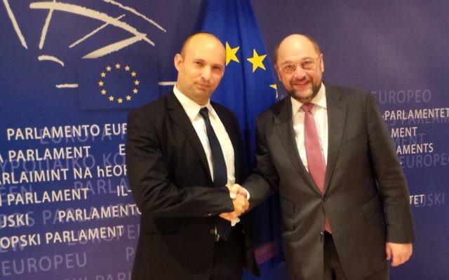 Le ministre des Finances et président du parti Habayit Hayehudi, Naftali Bennett, rencontre le président du parlement europeen, Martin Schulz. (Crédit : Flash 90)