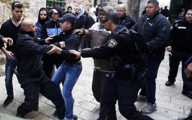 Des officiers de la police des frontières israélienne se battent avec un Palestinien à l'extérieur du Mont du Temple , 25 février 2014 (Crédit : SLiman Khader/Flash90)