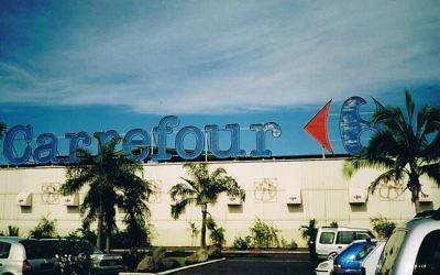 Façade de magasin Carrefour en Polynésie française (Crédit : evilmonkey/Wikimedia commons)