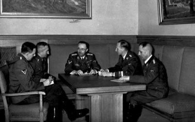 Le dirigeant de la Gestapo  Heinrich Muller, le SS-Obergruppenführer Reinhard Heydrich, le Reichsführer-SS Heirich Himmler, le dirigeant de la police criminelle allemande Arthur Nebe et le chef de la police d'État et de la Gestapo à Vienne Franz Joseph Huber, se réunissent à Munich, Allemagne, en novembre 1939 (Crédit : Archives fédérales allemandes/Wikimedia commons)