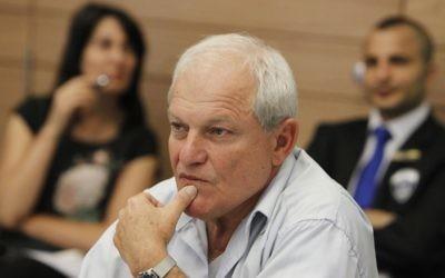 Haim Katz, ministre des Affaires sociales du Likud, pendant une réunion de la commission du Travail, des Affaires sociales et de la Santé de la Knesset, en février 2014. (Crédit : Miriam Alster/Flash90)