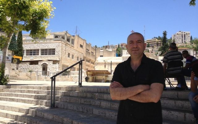 Une vue de Nazareth derrière le réalisateur Hany Abu-Assad (Crédit : Jessica Steinberg/Times of Israel)