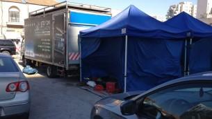 Les camions d'équipement, les tentes  et les camions de catering, garés dans le parking d'Eliash (Crédit : Jessica Steinberg/Times of Israel)