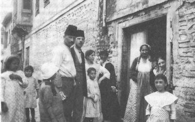 Des juifs de Thessalonique, en Grèce, en 1917 (Crédit : Wikimedia commons)