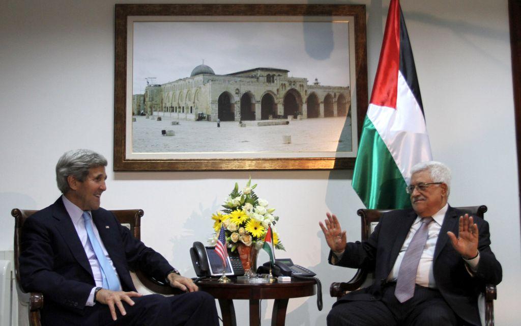 John Kerry et Mahmoud Abbas à Ramallah (Crédit : Issam Rimawi/Flash90)