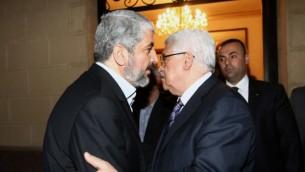 Le président de l'Autorité palestinienne Mahmoud Abbas rencontre le dirigeant du Hamas Khaled Meshaal au Caire, en février 2012 (Crédit : Mohammed al-Hums/Flash90)