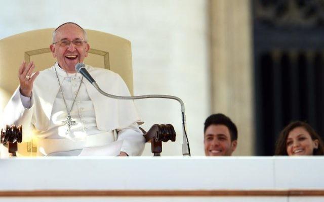 Le pape rencontre des jeunes couples à l'occasion de la Saint-Valentin, le 14 février 2014, place Saint-Pierre au Vatican (Crédit : AFP/Gabriel Bouys)