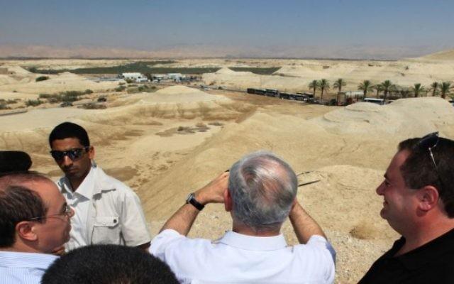 Le Premier ministre Benjamin Netanyahu scrutant le pont Allenby qui permet de franchir le Jourdain, séparant la Cisjordanie et le royaume Hachémite (Crédit : Kobi Gideon/Flash 90)