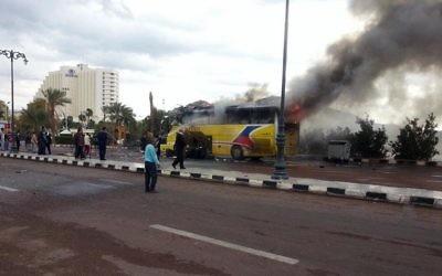 Le bus transportant des touristes sud-coréens après l'explosion d'une bombe au poste-frontière de Taba, à la frontière entre l'Egypte et Israël, le 16 février 2014  © AFP