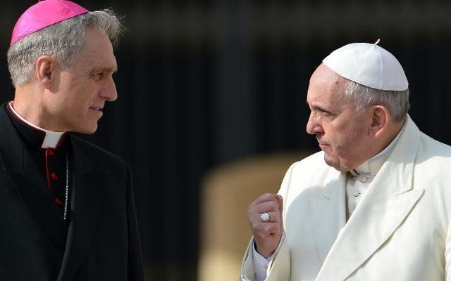 Le pape François s'entretient avec l'archevêque allemand Georg Ganswein après son audience générale hebdomadaire au Vatican, le 12 février 2014 (Crédit : AFP/Vincenzo Pinto)