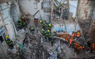 Le personnel de secrours dans les décombres à Acre (Crédit : Avishag Shaar Yashuv/Flash90)