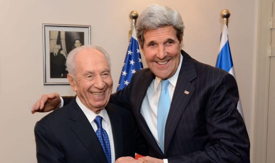 Le président israélien Shimon Peres et le secrétaire d'Etat américain John Kerry (Crédit : Matty Stern/Ambassade américaine à Tel Aviv/Flash90)