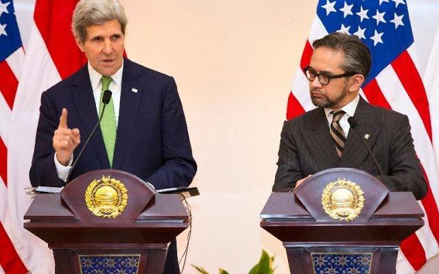 Le secrétaire d'État américain, John Kerry, et le ministre indonésien des Affaires étrangères Marty Natalegawa, lors d'une conférence de presse le 17 février 2014 à Jakarta (Crédit : Pool/AFP Evan Vucci)