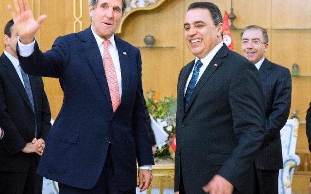 Le secrétaire d'Etat américain John Kerry (g) et le nouveau Premier ministre tunisien Mehdi Jomaa à Tunis le 18 février 2014 (Crédit : Pool/AFP Evan Vucci)