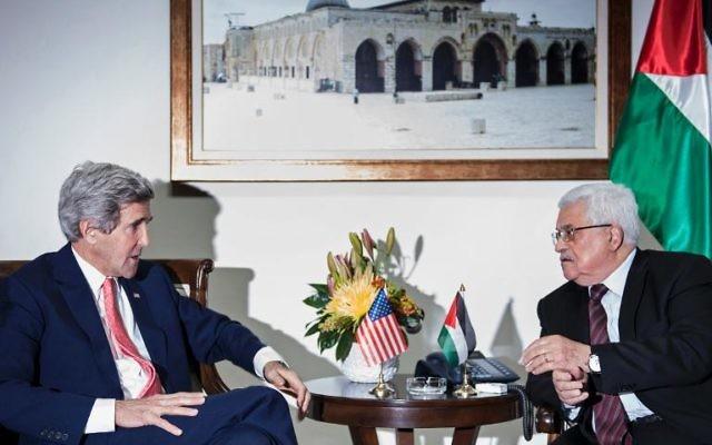 Le secrétaire d'Etat américain John Kerry (g) et le président palestinien Mahmoud Abbas, le 3 janvier 2014 à Ramallah (Crédit : Pool/AFP/Archives Brendan Smialowski)