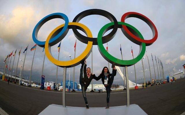Les anneaux olympiques le 5 février 2014 à Sotchi (Crédit : AFP/Jonathan Nackstrand)