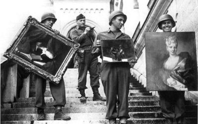 """L'officier James Rorimer supervise une équipe de soldats américains faisant partie du Programme des monuments, œuvres d'art et archives (MFAA), ou """"Monuments men"""", qui récupèrent des tableaux pillés du château de Neuschwanstein en Allemagne pendant la Seconde Guerre mondiale. (Crédit : domaine publique/archives nationales américaines/photographe inconnu)"""