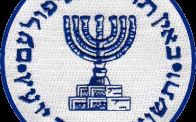"""Le sceau du Mossad """"Quand la prudence fait défaut le peuple tombe, le salut est dans le grand nombre des conseillers."""" Proverbes 11:14 (Crédit : Wikicommons)"""