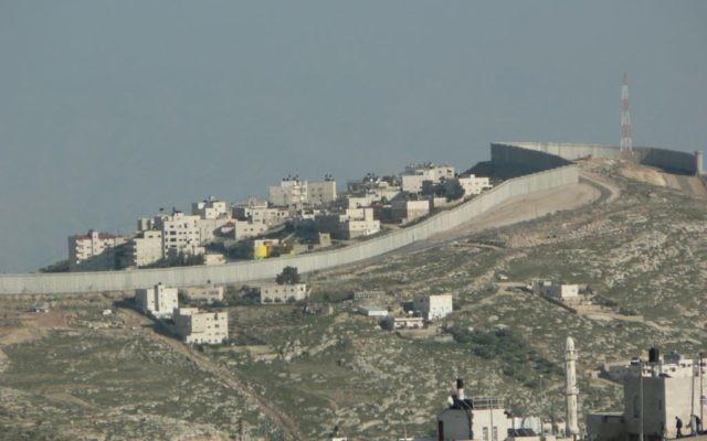 Le mur de sécurité à Jérusalem Est, vu de la Vieille Ville. (Crédit : Wikimmedia Commons/CC BY http://wilrob.org/)